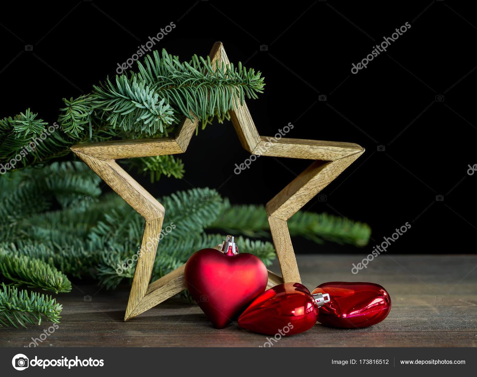 Kerstdecoraties Met Rood : Kerstdecoratie met houten ster en rood hart kerst bal u stockfoto