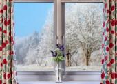 Okno s výhledem na zasněženou krajinu