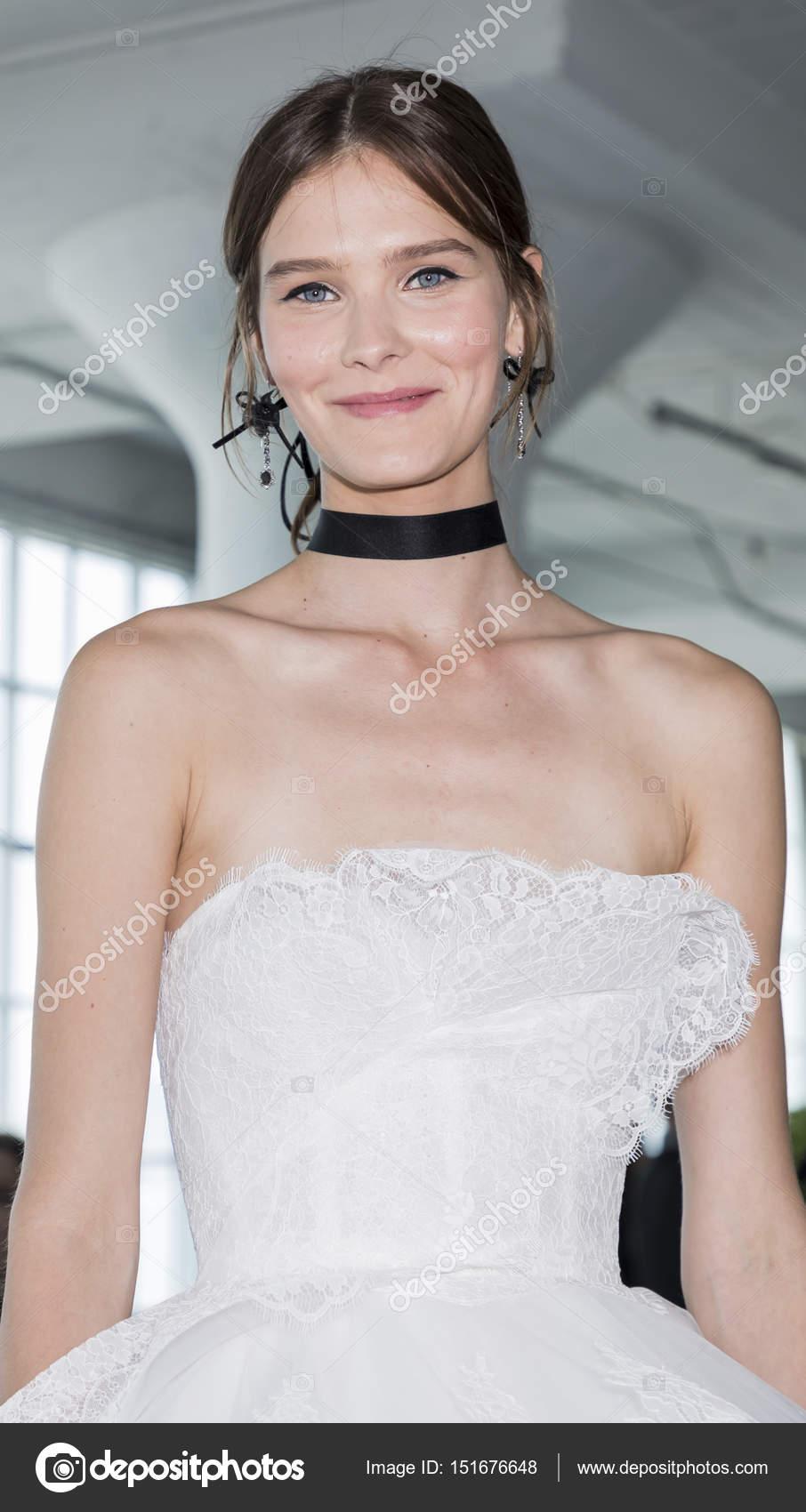 modelo muestra un vestido — Foto editorial de stock © SamAronov ...