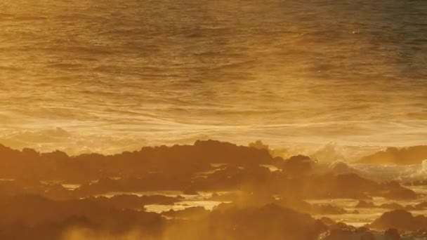 Hullámok az Atlanti-óceán törés-ra sziklák, naplemente