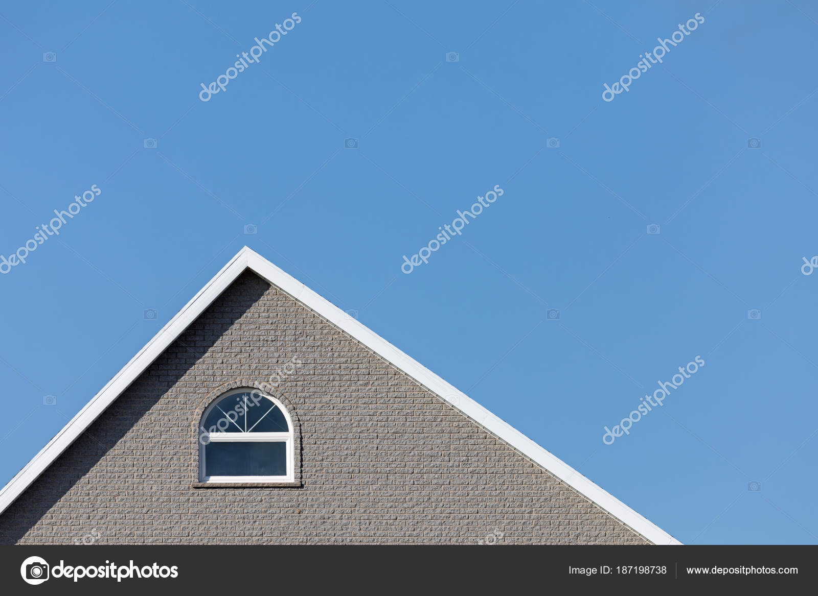 Foto Case Grigie : Casa grigia e blu cielo orizzontale u foto stock rixipix