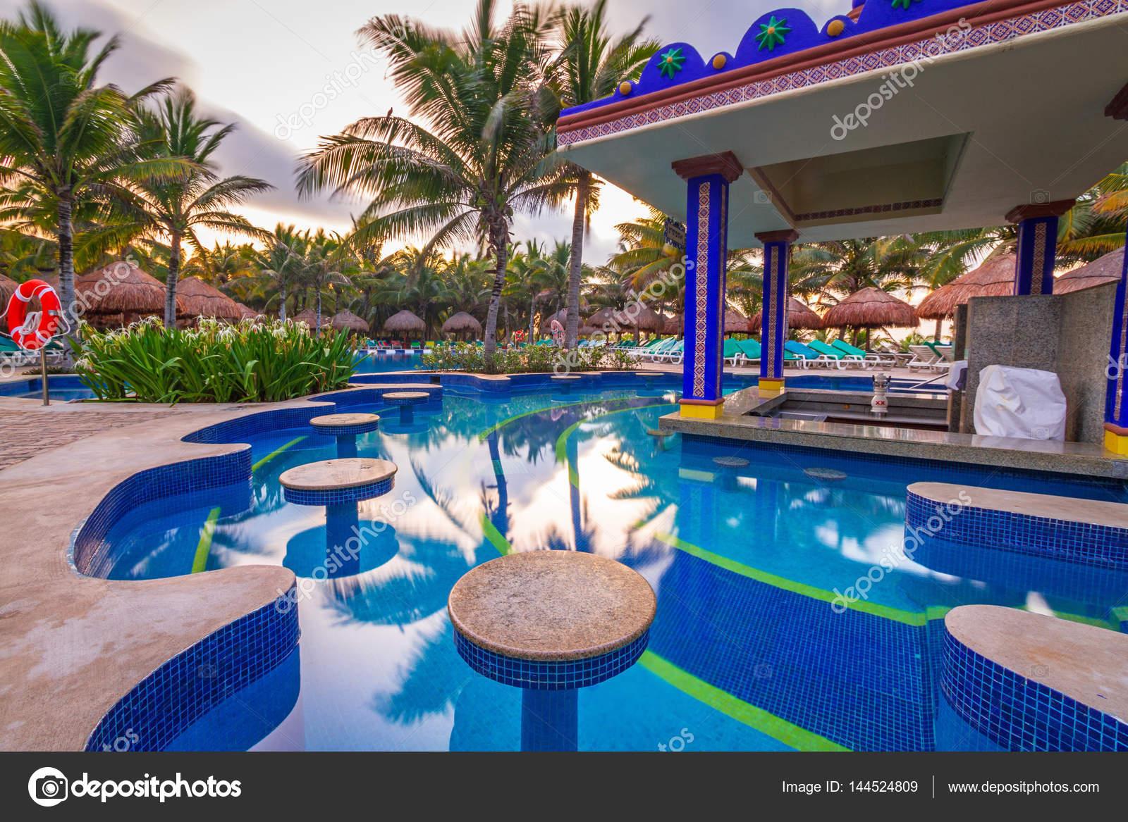 Bar presso la piscina di lusso presso l 39 hotel riu yucatan a playa del carmen foto editoriale - Piscina laghetto playa prezzo ...