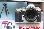 Tokio, Japonsko - 14. listopadu 2016: Přední okno Bic fotopotřeby v Tokiu, Japonsko. BIC Camera Inc 41 obchodů je řetězec prodejce spotřební elektroniky v Japonsku
