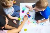 Fényképek Boldog család, az anya és a kisgyermek, ikrek festmény kezek