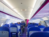 Interiér letadla osobní s lidmi na sedadlech
