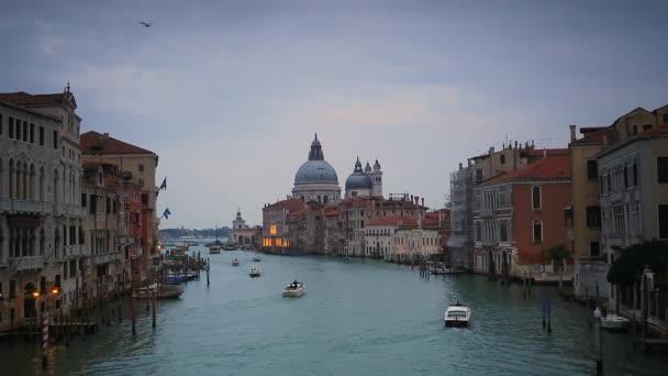 Velence város alkonyatkor a Santa Maria della Salute Bazilika, Olaszország