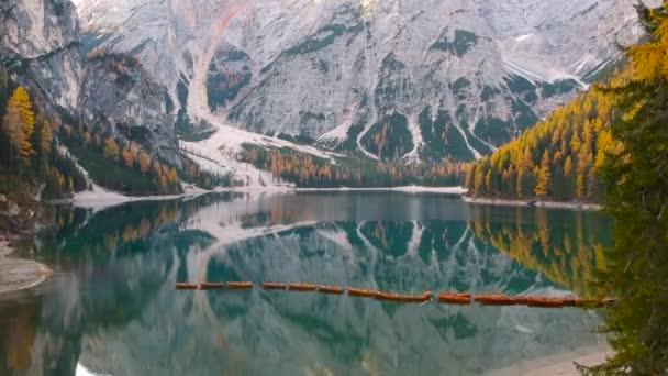 Lodě na jezeře Lago di Braies v Dolomitách při východu slunce, Itálie