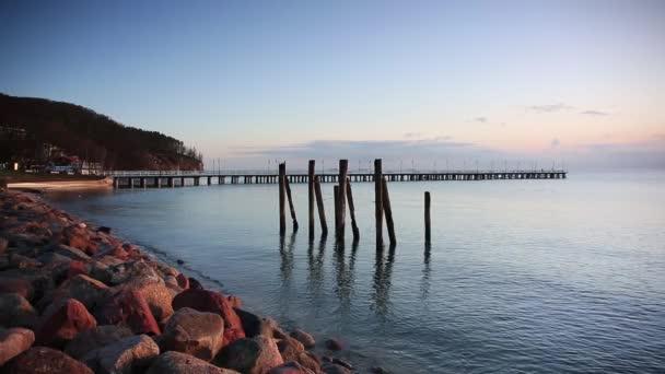 Schöner Sonnenaufgang über der ruhigen Ostsee in Polen