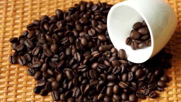 Pražená zrnková káva v bílý hrnek na stole