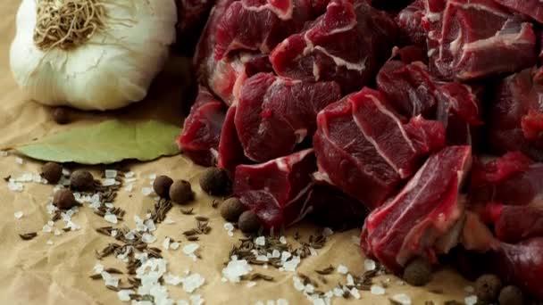 Syrové hovězí maso s kořením na papíře