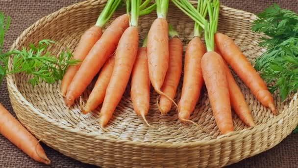 Čerstvé mrkve v košíku, kořenová zelenina.