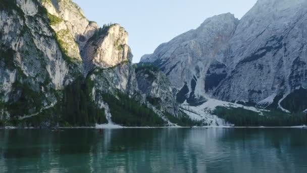 Klidné alpské jezero Braies v Dolomitských horách. Lago di Braies, Itálie, Evropa. Scénický obraz italských Alp.
