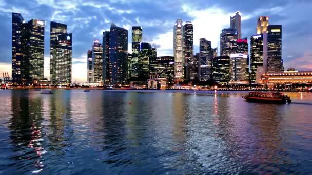 skyline di Singapore città alla sera