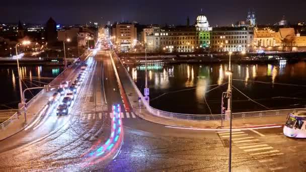 noční timelapse provozu na Stefanic mostě v Praze, Česká republika