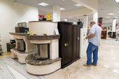 Khimki, Rusko - září 03.2016. Kupující vybírá kovový trezor v největší nábytek ukládat Grand