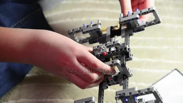 Dospívající chlapec sbírá auta konstruktor