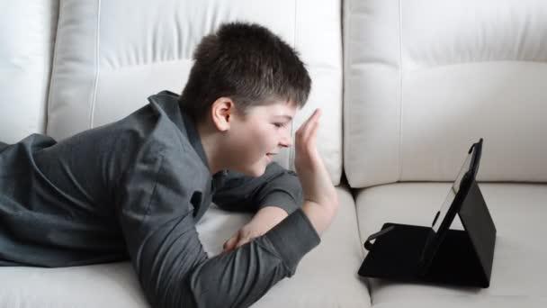 Teenager komunikuje přes Internet