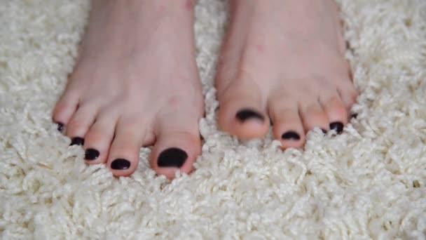 Dámské nohy jsou na béžové koberce