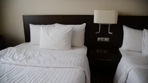 Malý hotelový pokoj s dvěma lůžky