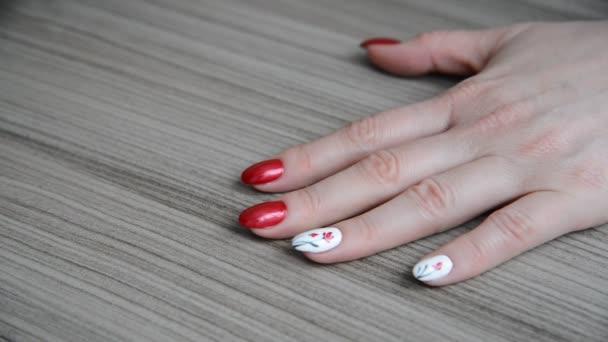 žena přikrývá jí nehty s její bezbarvý lak barevný