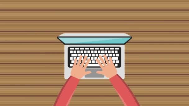 a táblázat dolgozik laptop billentyűzet gépelés kezek
