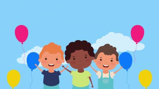 Kleine gemischtrassige Jungen mit Luftballons, die Helium schweben lassen
