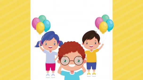 aranyos kis gyerekek lufikkal hélium karakterek