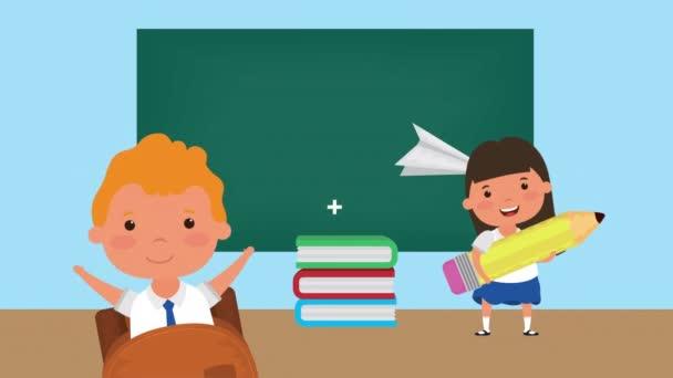 zpět do školní sezóny s dětmi a tabulí