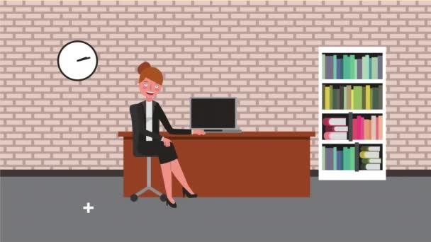 mladá podnikatelka v kanceláři pracuje