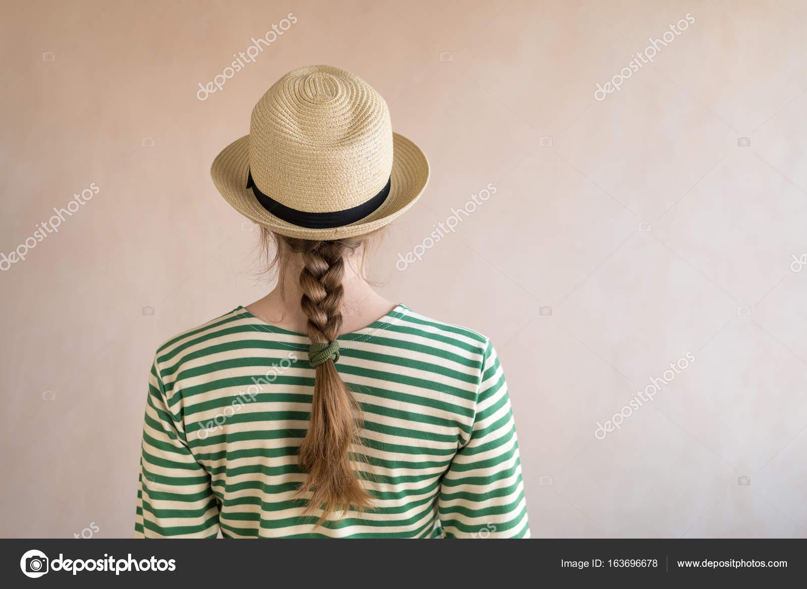giovane donna in un cappello di paglia — Foto Stock © Antonuk  163696678 556a49170ea0