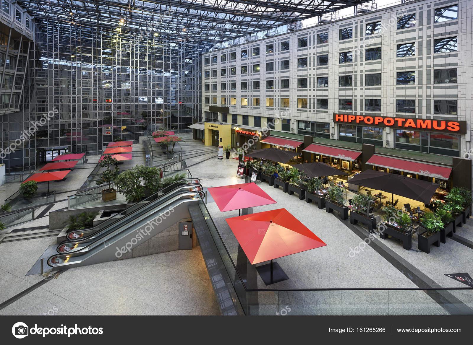 centro commerciale con ristorante e terrazza — Foto Editoriale Stock ...
