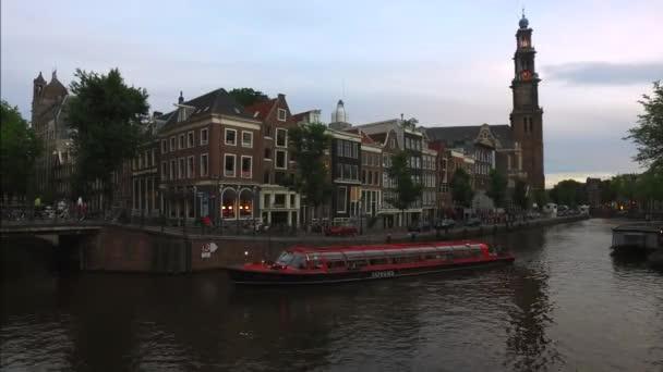 Červenec 09 2016: Amsterdam, Nizozemsko: pohled z ulice a město Amsterdam známého canal Holland s turistických lodí. Nizozemsko Amsterdam Evropa kanál ulice Holandsko Nizozemsko záběry 4k