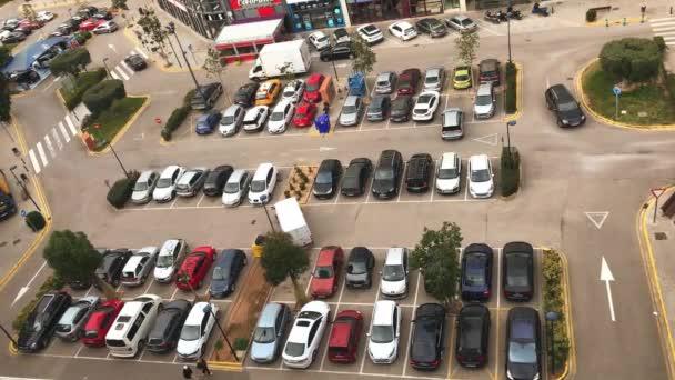 Video z velké ulice, parkoviště plné aut, v blízkosti nákupního centra ve Valencii, Španělsko