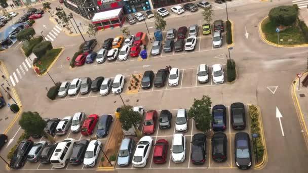 Španělsko, Valencia - březen 03: Video velké ulice, parkoviště plné aut, v blízkosti nákupního centra ve Valencii, Spainon 03 březen 2017
