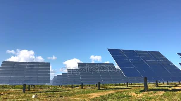 solární panely na jasně modré obloze pozadí. obnovitelné zdroje energie