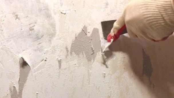 Video delle mani nei guanti di rimozione di vecchi sfondi con riparazione domestica spatuladuring