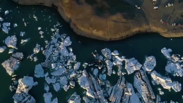 Eisberge in der Gletscherlagune von jokulsarlon. Klimaschutzkonzept für die globale Erwärmung. 4k