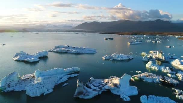Klimaschutzkonzept für die globale Erwärmung. Eisberge in der Gletscherlagune von jokulsarlon. 4k