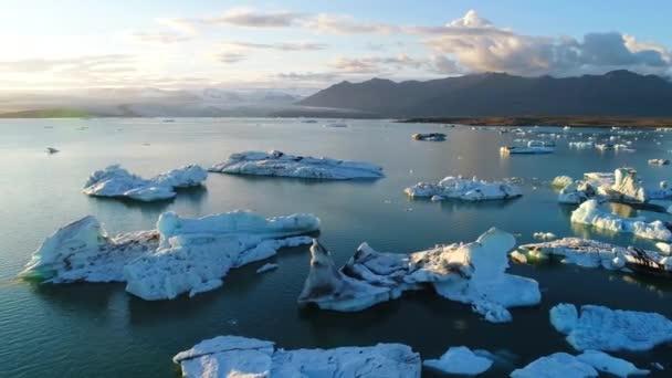 Global Climate Change Wärmekonzept. Eisberge in der Gletscherlagune Jökulsárlón. 4k