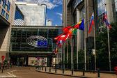BRUSEL, BELGIE - 20. května 2015: Kanceláře Evropského parlamentu a evropské vlajky.