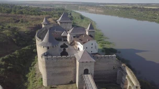 Středověká pevnost ve městě Khotyn Západní Ukrajina. Hrad je sedmým divem Ukrajiny