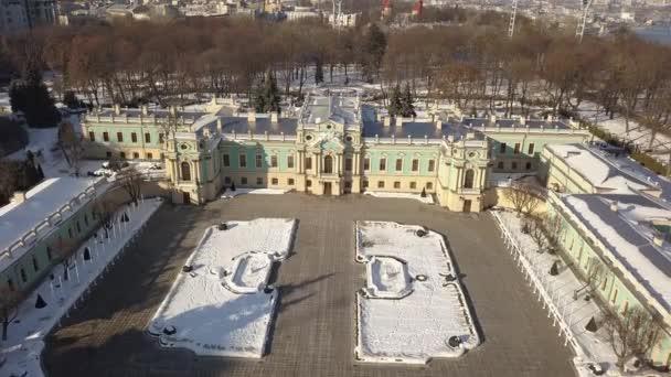 Luftaufnahme des Mariyinsky-Palastes im Winter. es ist offizielle zeremonielle Residenz des Präsidenten der Ukraine in Kyiw und grenzt an das neoklassische Gebäude des werchowna rada Parlaments der Ukraine