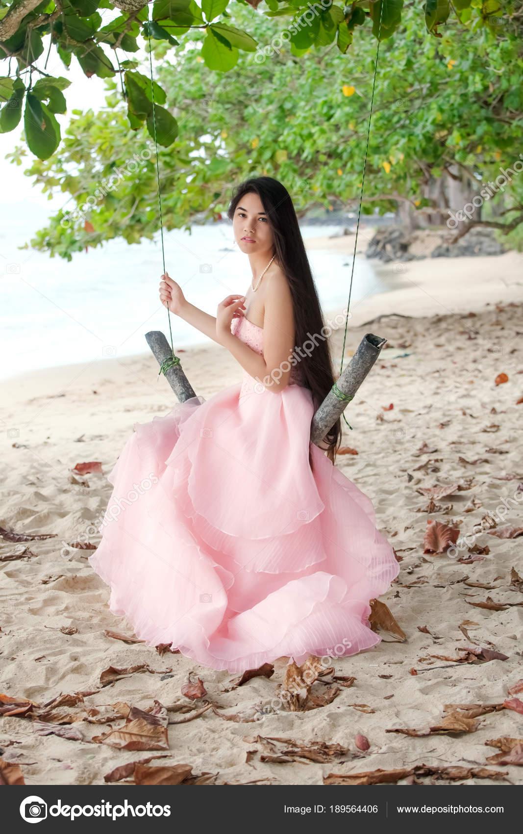 Junge Frau trägt lange rosa Kleid am Strand von Hawaii — Stockfoto ...