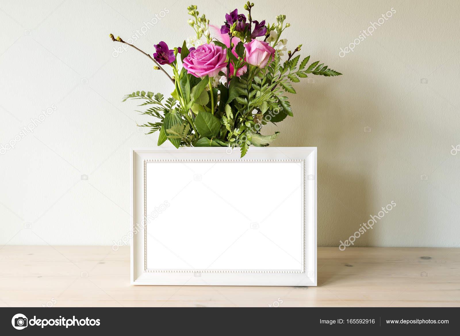 Weißer Rahmen Mockup mit vase — Stockfoto © feferoni #165592916