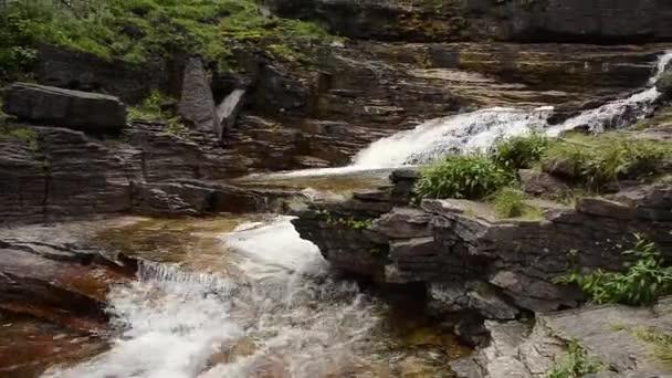 Vodopád jde do proudu