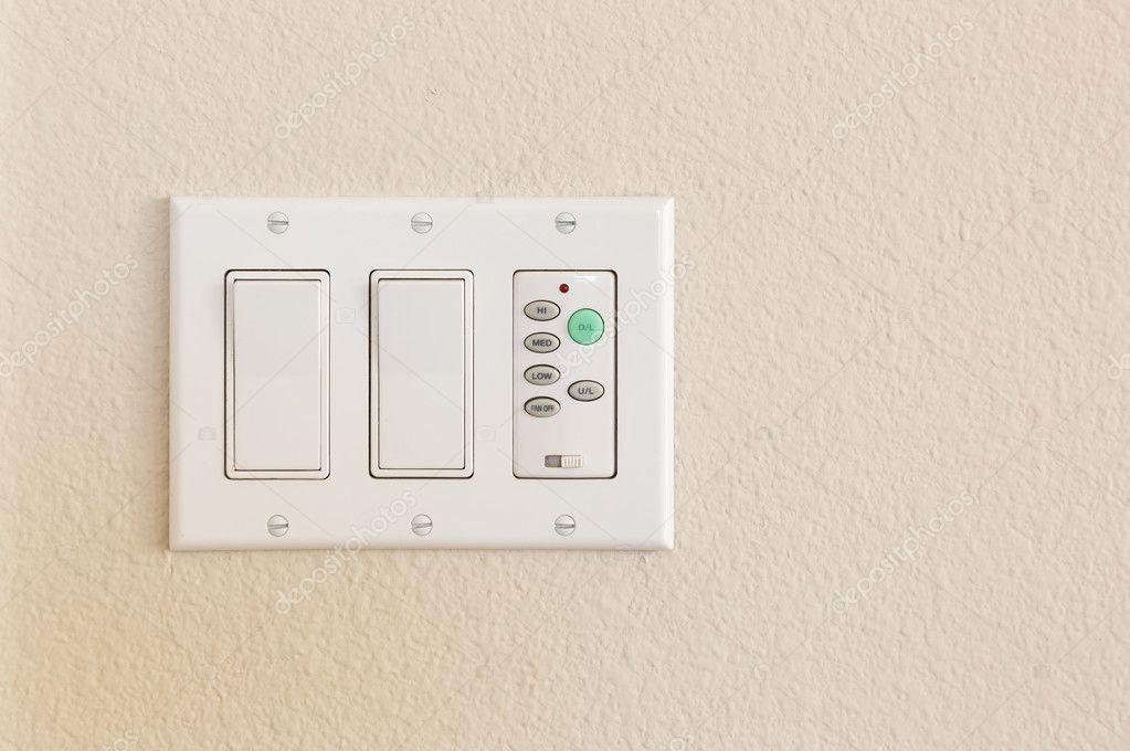 Lichtschalter und Lüftersteuerung an Wand — Stockfoto © Feverpitch ...
