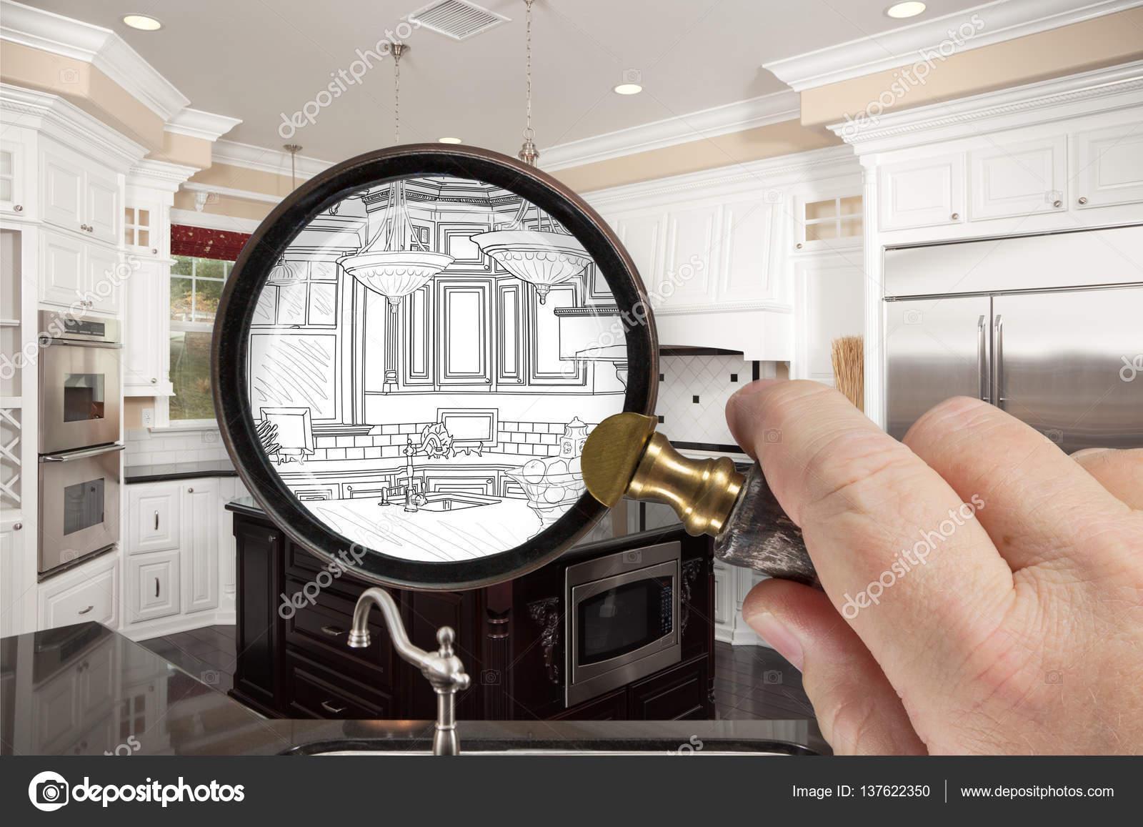 Hand mit Lupe enthüllt kundenspezifische Küche Design-Zeichnung und ...
