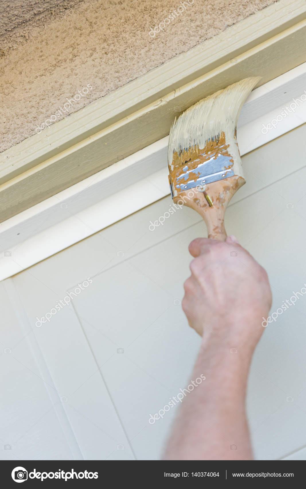 Pintor profesional corte con cepillo para pintar marco de puerta de ...