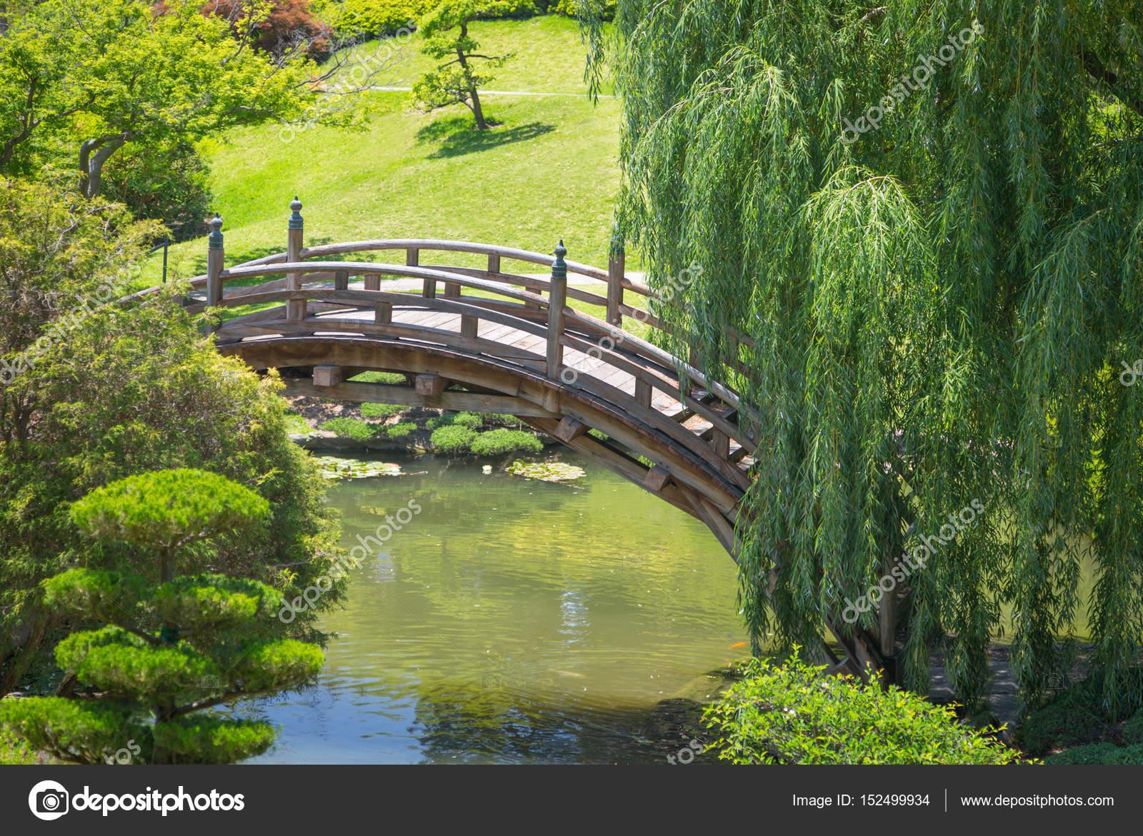 Schöne japanische Garten mit Teich und Brücke — Stockfoto ...