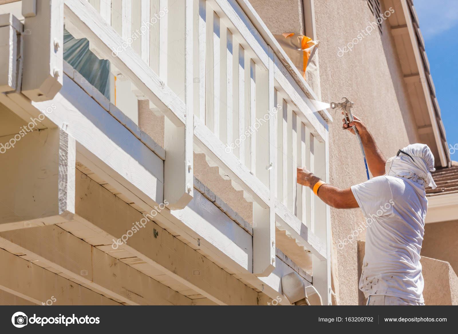 peintre en b timent professionnel portant protection faciale spray peinture terrasse d une. Black Bedroom Furniture Sets. Home Design Ideas